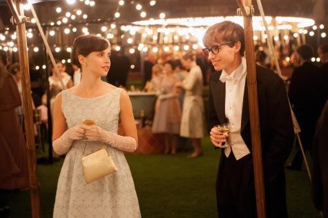 """Felicity Jones und Eddie Redmayne setzen in """"Die Entdeckung der Unendlichkeit"""" ein Ausrufezeichen hinter ihren Status als potenzielle Oscar-Anwärter."""