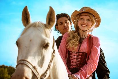 Bibi (Lina Larissa Strahl) ist zum ersten Mal verliebt, doch ausgerechnet Tarik (Emilio Moutaoakkil) hat ein dunkles Geheimnis.
