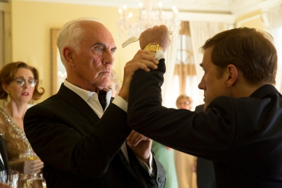 Kritiker John Canaday (Terence Stamp) legt sich mit Walter Keane (Christoph Waltz) an.