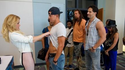 Moderatorin Paris (Elizabeth Banks) prüft höchstpersönlich, wie es um das Sixpack des bereits aus der Branche ausgestiegenen Strippers Mike Lane (Channing Tatum) bestellt ist.