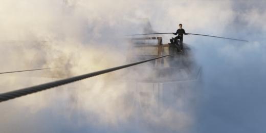 Über den Dächern New Yorks gelingt dem Franzosen Philippe Petit Mitte der Siebzigerjahre ein Kunststück für die Ewigkeit