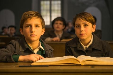 Amir Tessler spielt Amos, den wissbegierigen Sohn von Fania.