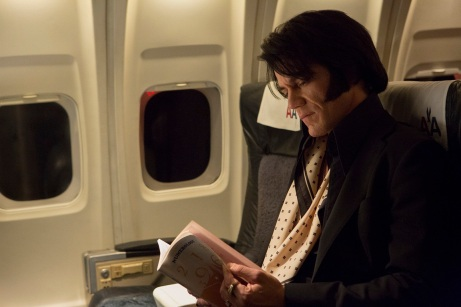 Michael Shannon hat sich den Habitus des King of Rock'n'Roll in Gänze zueigen gemacht.