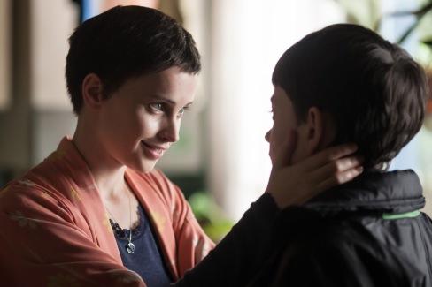 Conor (Lewis MacDougall) und seine Mutter (Felicity Jones)